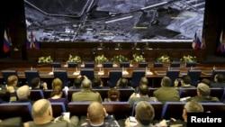 Các quan chức Bộ Quốc phòng ngồi trước màn hình chiếu các hình ảnh vệ tinh trong một cuộc họp báo ở Moscow, Nga, ngày 02/12/2015.