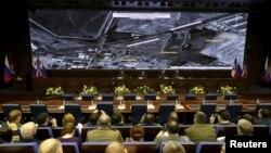 Ruski odbrambeni zvaničnici posmatraju satelitske snimke vazdušnih napada u Siriji
