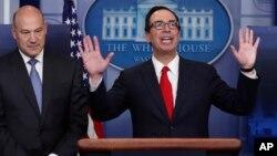Gary Cohn (izq.), director del Consejo Nacional Económico de la Casa Blanca, y Steve Mnuchin, secretario del Tesoro, anunciaron el plan del presidente Trump para reformar la ley de impuestos.