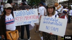 People protest the Mae Wong Dam, Bangkok, Sept. 22, 2013. (Ron Corben for VOA)