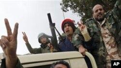 승리를 선언하는 리비아 동부의 시위대들