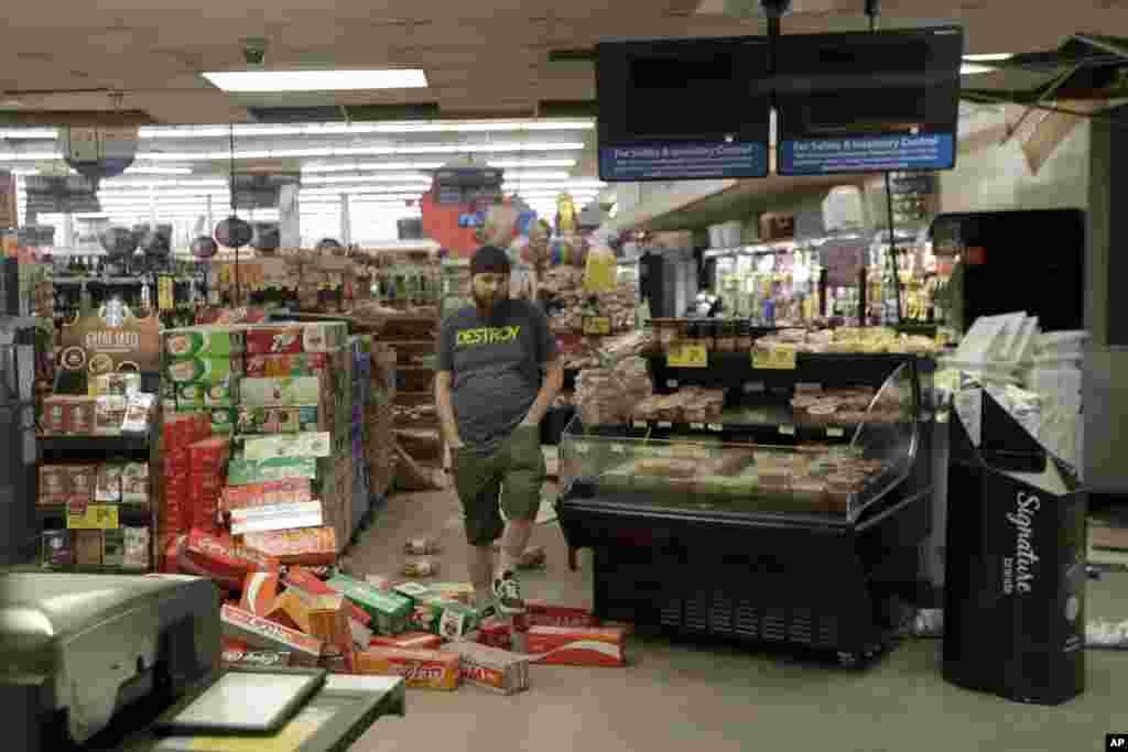 Estragos em supermercado na Califórnia devido ao terramoto