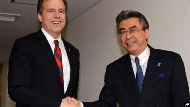 28일 일본 도쿄에서 회동한 일본측 6자회담 수석대표 스기야마 신스케 외무성 아시아대양주 국장(오른쪽)과 글린 데이비스 미 국무부 대북정책 특별대표.