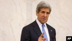 Menlu AS John Kerry berbicara dalam lawatannya di Stockholm, Swedia hari Selasa (14/5).