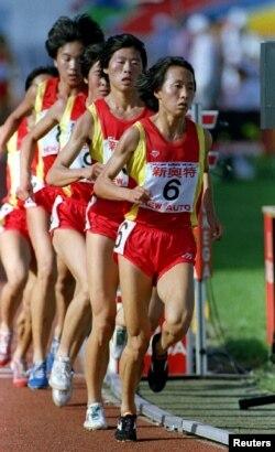 王军霞带领马家军在全运会上参加女子3000米竞赛,创下世界纪录.(资料照片)
