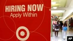 """Oglas za prijem novih radnika u prodavnici kompanije """"Target"""" u Dejli Sitiju, u Kaliforniji (arhivski snimak)"""