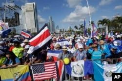 Cientos de jóvenes de diversas partes del mundo esperan la ceremonia de inauguración y misa de la Jornada Mundial de la Juventud en Ciudad de Panamá, el martes 22 de enero de 2019. El papa Francisco llegará el miércoles 23 de enero.