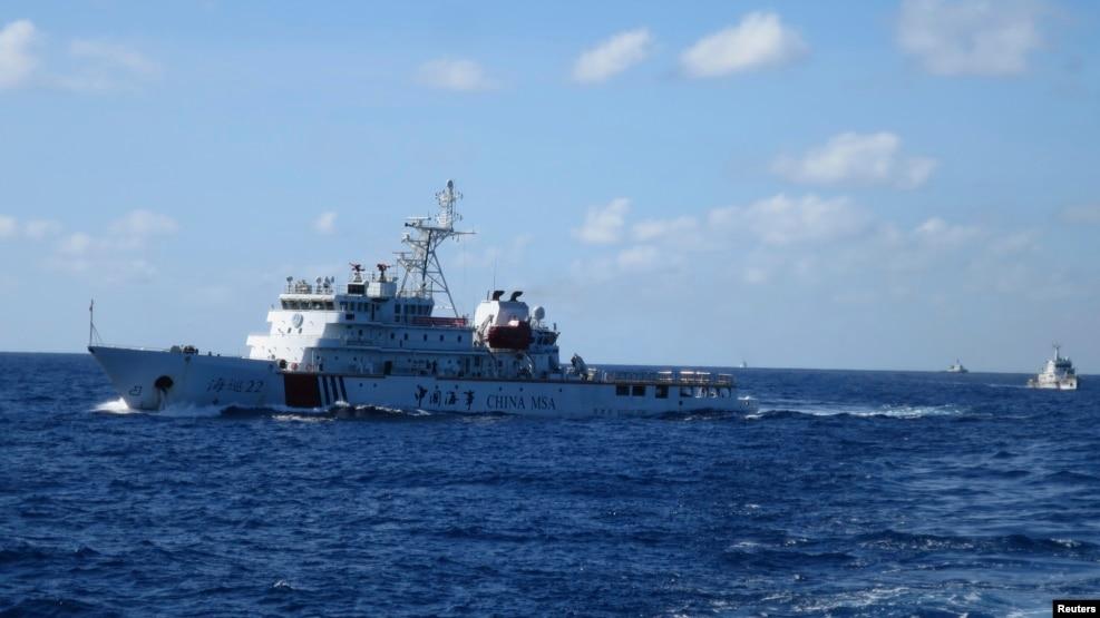 Ảnh tư liệu: Tàu tuần duyên Trung Quốc rượt đuổi một tàu Việt Nam (không có trong hình) ngoài khơi Biển Đông.