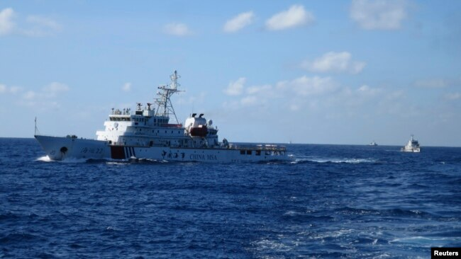 Tàu cảnh sát biển Trung Quốc rượt đuổi tàu cảnh sát biển Việt nam khi lực lượngViệt Nam đến gần giàn khoan thăm dò dầu của Trung Quốc HD-981 ở Biển Đông ngày 15/7/2014.