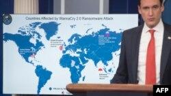 토머스 보서트 미국 백악관 국토안보보좌관이 19일 워싱턴 백악관에서 '워너크라이' 사이버공격의 배후가 북한이라는 조사 결과를 발표하고 있다. 지도에는 북한 등 몇몇을 제외한 전 세계 거의 모든 나라가 '푸른색' 피해국으로 표시됐다.