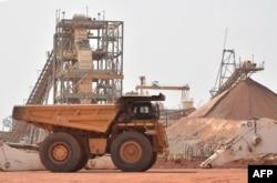 Des employés de la mine d'or d'Agbaou, Côte d'Ivoire, le 7 février 2018