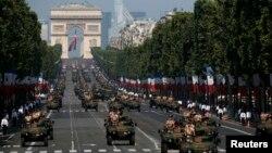 Xe bọc thép của quân đội Pháp diễu hành xuống đại lộ Champs Elysees ở Paris, ngày 14/7/2013.