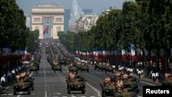 法国部队装甲车在国庆日的游行中驶过香榭丽舍大街