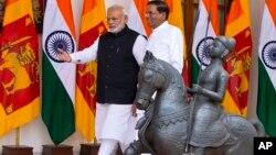 16일 인도 뉴델리를 방문한 마이트리팔라 시리세나 스리랑카 대통령(오른쪽)이 나렌드라 모디 인도 총리와 함께 회담 장소로 들어서고 있다.