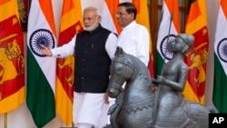 PM India Narendra Modi (kiri) dan Presiden baru Sri Lanka Maithripala Sirisena sebelum pembicaraan di New Delhi, Senin (16/2).