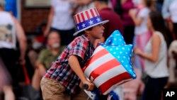 Un niño se divierte durante su participación en el desfile del Día de la Independencia en Apalachicola, Florida.