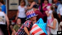 佛罗里达州的一名男孩骑车参加独立日庆祝活动