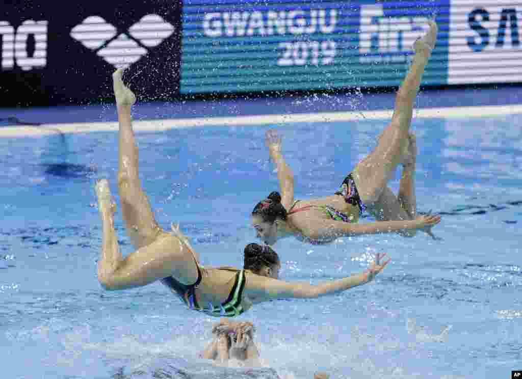 ورزشکاران اوکراین در رشته «شنای موزون» در مسابقات شنا و شیرجه جهانی در کره جنوبی.