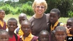 Nancy Writebol (tengah) pekerja AS yang tertular ebola bersama anak-anak di Liberia (foto: ilustrasi).