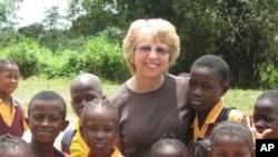 Bà Nancy Writebol cùng với các trẻ em ở Liberia