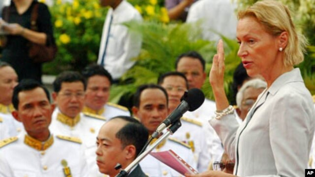 Foreign judge Agnieszka Klonowiecka-Milart takes an oath during the swearing in ceremony at the royal palace in Phnom Penh in this July 3, 2006 file photo.