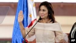 Wakil Presiden Filipina Leni Robredo saat dilantik di Quezon, Filipina, 30 Juni 2016.
