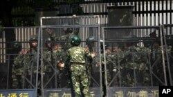 9月19日在日本驻上海领事馆前,中国的武警在安置钢栅栏