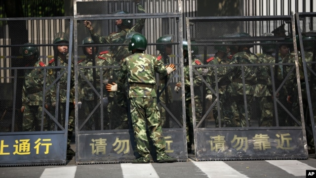 Paramilitary police officers arrange the steel fence at the Japanese Consulate General in Shanghai, September 19, 2012.