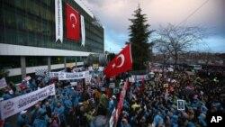 Para pengunjuk rasa berkumpul di depan gedung Zaman, surat kabar beroplag terbesar di Istanbul, Turki, Jumat (4/3).