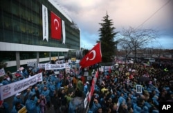 Thousands of people gather in solidarity outside Zaman newspaper in Istanbul on March 4, 2016, after a local court ordered that Turkey's largest-circulation, opposition newspaper, which is linked to a U.S.-based Muslim cleric, be placed under the manageme