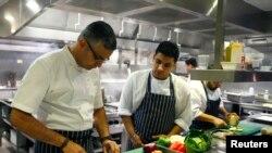 Chef di restoran Benares di Mayfair, pusat kota London.