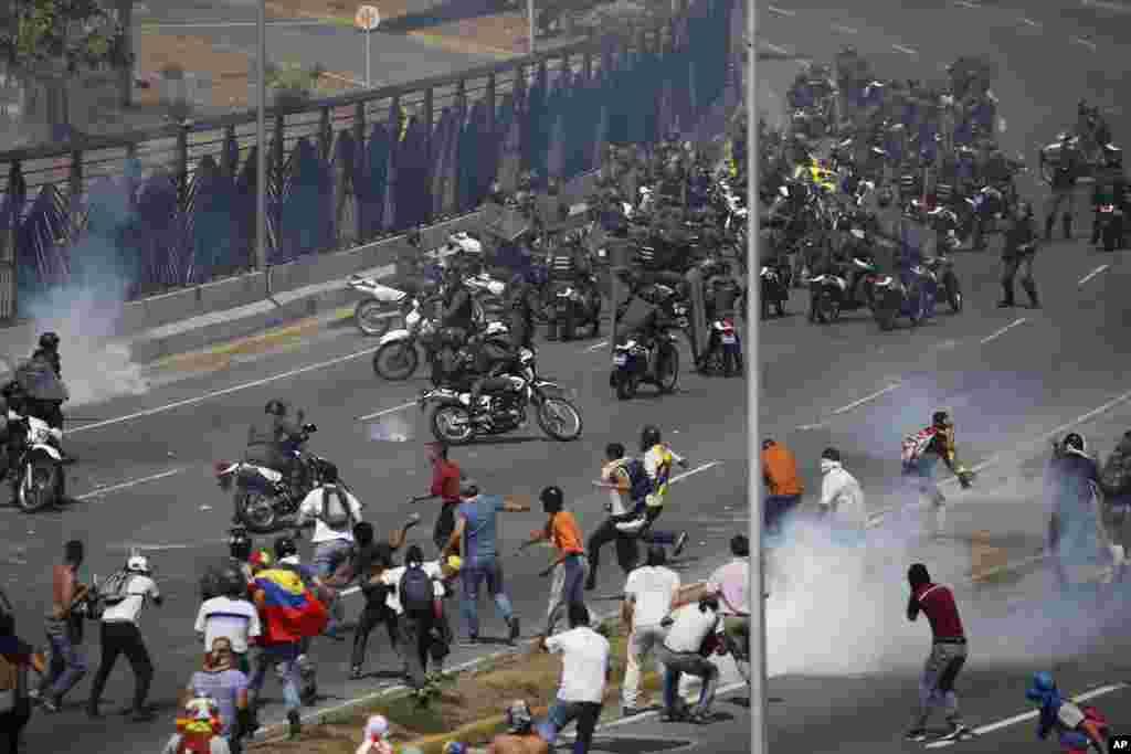 نیکلاس مادورو که از حمایت روسیه، چین و ایران و همچنین همسایه خود کوبا برخوردار است، به سرکوب معترضان پرداخته است.