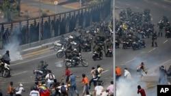 Biều tình và đụng độ nhau bên ngoài căn cứ quân sự La Carlota ở Caracas, ngày 30/4/2019.