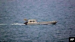 Chiếc tàu đánh cá bị bắn ngoài khơi Dubai (Ảnh do Hải quân Hoa Kỳ cung cấp)