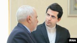 عباس موسوی سخنگوی جدید وزارت خارجه ایران در کنار جواد ظریف، وزیر خارجه جمهوری اسلامی ایران.