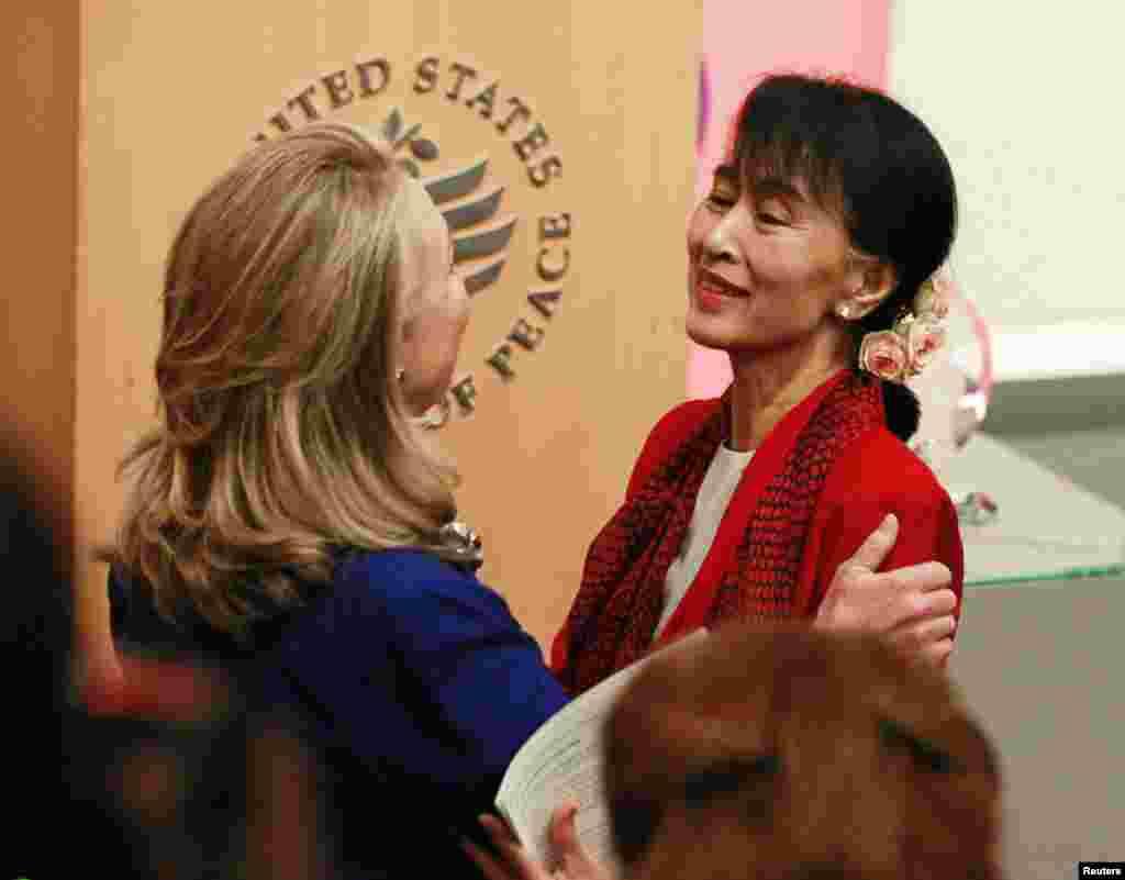 هیلاری کلینتون، وزیر امور خارجه آمريکا (چپ) رهبر مخالفان برمه، آنگ سان سوچی، را برای سخنرانی در در موسسه صلح ایالات متحده در واشنگتن دی سی معرفی می کند. ۱۸، سپتامبر ۲۰۱۲