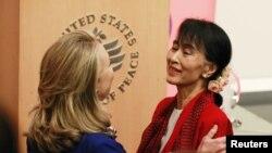 Аун Сан Су Чжі під час зустрічі із Гілларі Клінтон