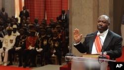 Le président gabonais Ali Bongo Ondimba prête serment après sa victoire à la présidentielle, à Libreville, Gabon, 27 septembre 2016.