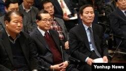 정기섭 개성공단기업협회장(앞줄 오른쪽) 등 개성공단 입주 기업인들이 17일 한국 정부가 서울 중소기업중앙회에서 개최한 북한 임금인상 요구에 대한 대책 설명회에 참석했다.