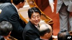 资料照:日本首相安倍晋三出席国会众议院会议。(2013年8月2日)