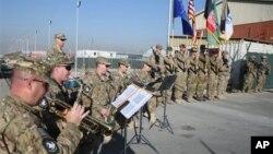 Pasukan NATO melakukan penurunan bendera di Kabul, menandai berakhirnya operasi tempur di Afghanistan setelah 13 tahun berada di sana (8/12).