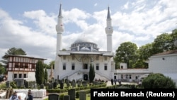 La mosquée Sehitlik-Moschee après les prières du vendredi au Ramadan à Berlin, en Allemagne, le 10 juillet 2015.