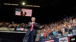 Prezidan Donald Trump ki tap pran lapawòl nan Cedar Rapids, Eta Iowa, kote li tap pale sou sitiyasyon jeneral la Ozetazini 5 mwa aprè li te monte sou pouvwa a (Foto: AP/Susan Walsh, mèkredi 21 jen 2017).