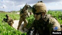 Binh sĩ Australia đổ bộ lên bãi biển trong cuộc tấn trận đa quốc ở Kaneohe, Hawaii năm 2014. Sách trắng Quốc phòng Australia nêu dự kiến bổ sung 5.000 quân nhân trong các quân chủng bộ binh, hải quân và không quân, nâng số quân nhân lên khoảng 63.000.