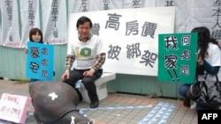 无壳蜗牛联盟抗议活动 李幸长(中)