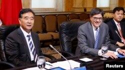 11일 워싱턴에서 열린 미-중 전략경제대화에 참석한 제이콥 류 미국 재무장관(가운데)과 의 왕양 중국 부총리(왼쪽).