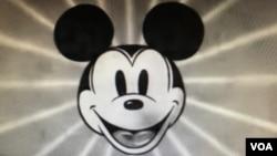 """Fotograma de la presentación del corto de Mickey Mouse """"Mickey's Man Friday"""", de Walt Disney. 1935."""