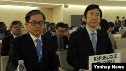 한국의 윤병세(오른쪽) 외교부 장관이 5일 스위스 제네바에서 열린 제25차 유엔 인권이사회(UNHRC) 고위급 회기에서 기조연설을 하기 위해 자리에 앉아있다. 왼쪽은 최석영 제네바대표부 대사.