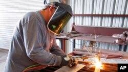 La producción industrial cayó en octubre, al igual que las contrataciones.