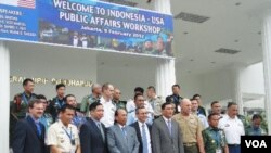Para pejabat Kementerian Pertahanan Indonesia dan Departemen Pertahanan AS dan Dubes AS untuk Indonesia berfoto bersama di sela Lokakarya Informasi Publik di Jakarta (9/2).